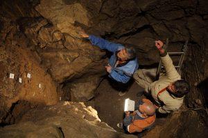 Раскопки в Денисовой пещере (фото Сергей Зеленский)