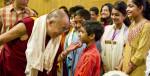 Дала-лама с молодыми индийцами