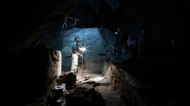 Раскопки в пещере Lapa do Santo в Бразилии. Credit: André Strauss