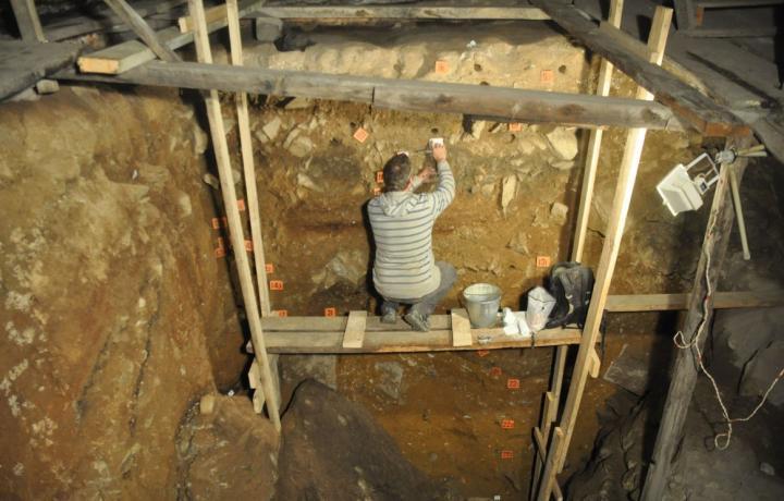 Dr Mike Morley (Flinders University) берет образцы грунта в Денисовой пещере. Фото Dr. Paul Goldbert, University of Wollongong.