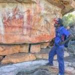 Австралиец Десмонд Линдси  впервые видит наскальные рисунки своих предков. Источник: Mimal Land Management Aboriginal Corporation (MLMAC)