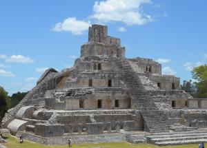 Пирамида майя в городе Эздна, который был заброшен в конце классического периода.  Mark Brenner