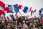 фото с сайта https://es.123rf.com/photo_79204911_par%C3%ADs-francia-7-de-mayo-de-2017-gente-agitando-banderas-francesas-en-par%C3%ADs-despu%C3%A9s-de-las-elecciones-presi.html