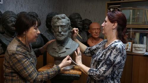 Е.В.Веселовская и О.М.Григорьева работают над реконструкцией Н.Н.Миклухо-Маклая.