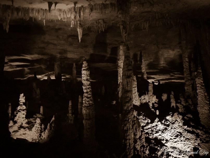 Сталактиты в пещере Хуанлон, Китай. Источник: https://agentika.com/ru/encyclopedia/6a4c1942-4074-428a-8e5d-55c4d0f0ee98/places/root/1d5afd31-6de2-42e0-9528-c1b28ed9e90d?version=FIw-1