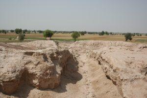 Улица древнего города Калибангана. Канал виден на заднем плане. Фото: S. Gupta (Imperial College London)