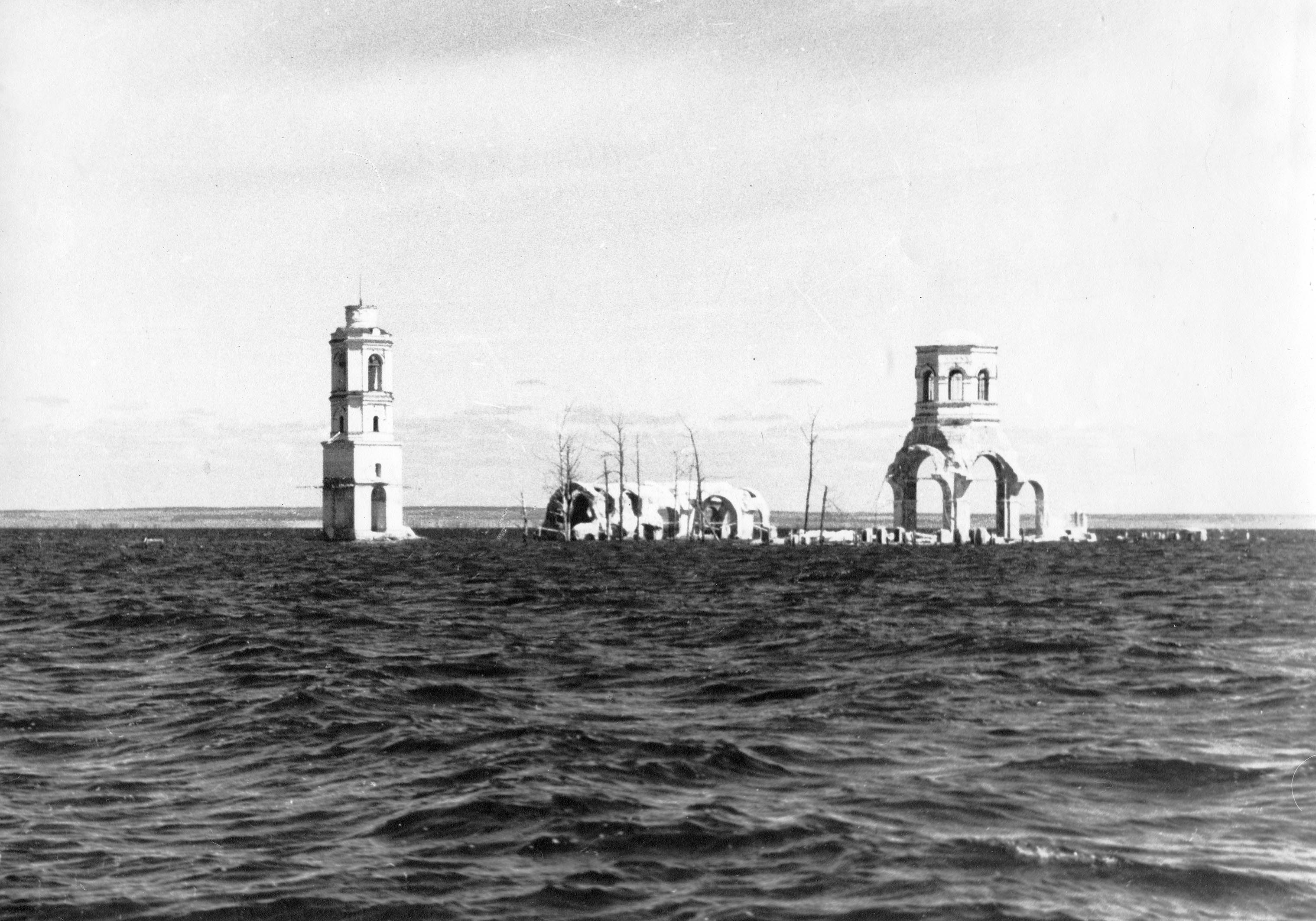 Руины бывшего Леушинского женского монастыря. Рыбинское водохранилище. 1950-е гг.