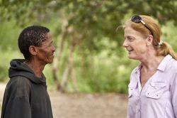Ванесса Хейс беседует с главой племени в Калахари, Намибии. Credit: Chris Bennett, Evolving Picture, Sydney, Australia